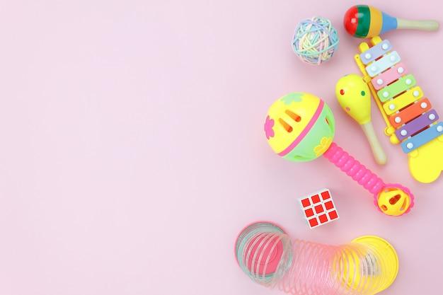 Imagem da opinião de tampo da mesa os brinquedos das crianças para o conceito do fundo do desenvolvimento.