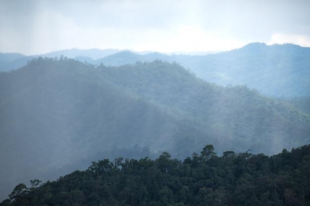 Imagem da paisagem das colinas de montanha verdejante enquanto chove