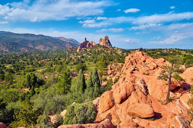 Imagem da paisagem de mountain view com uma árvore solitária nas rochas vermelhas nas montanhas do deserto