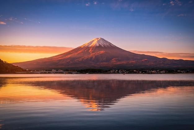 Imagem da paisagem do monte. fuji sobre o lago kawaguchiko no nascer do sol em fujikawaguchiko, japão.