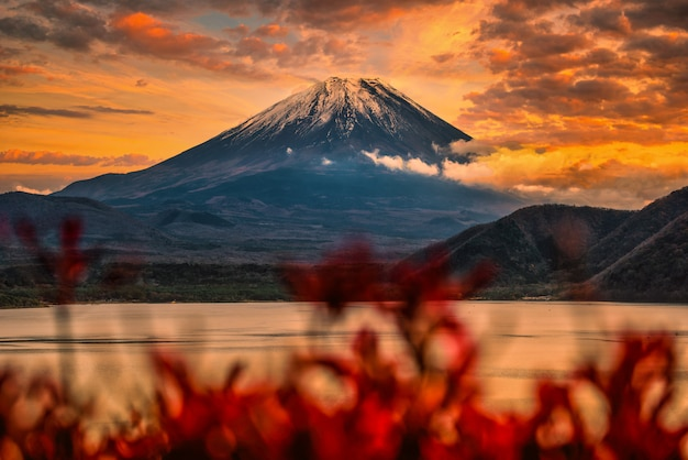 Imagem da paisagem do monte. fuji sobre o lago motosu com folhagem de outono ao pôr do sol em yamanashi, japão