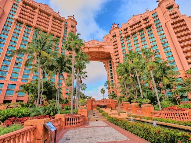 Imagem da passarela do jardim nos trópicos com hotel e palmeiras