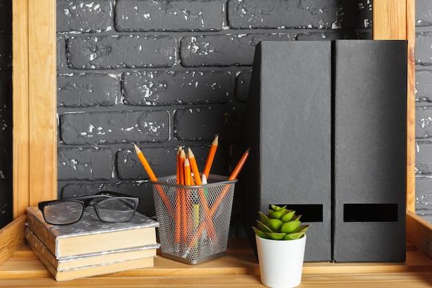 Imagem da placa de madeira com documentos no escritório