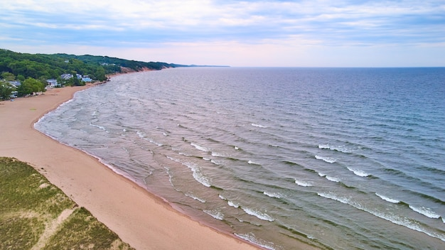 Imagem da praia do lago com ondas e casas