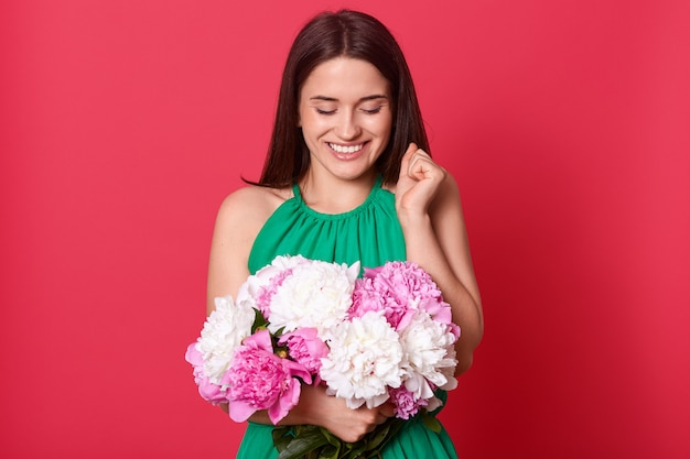 Imagem da senhora adorável encantadora bonita usando vestido verde