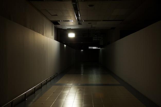 Imagem da série de fundo exterior (túnel escuro)