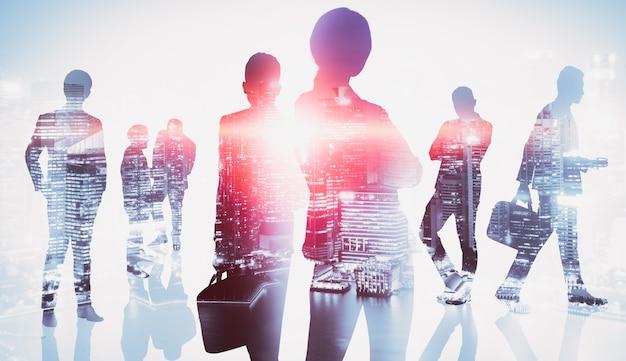 Imagem da silhueta de um grupo de executivos no fundo da cidade
