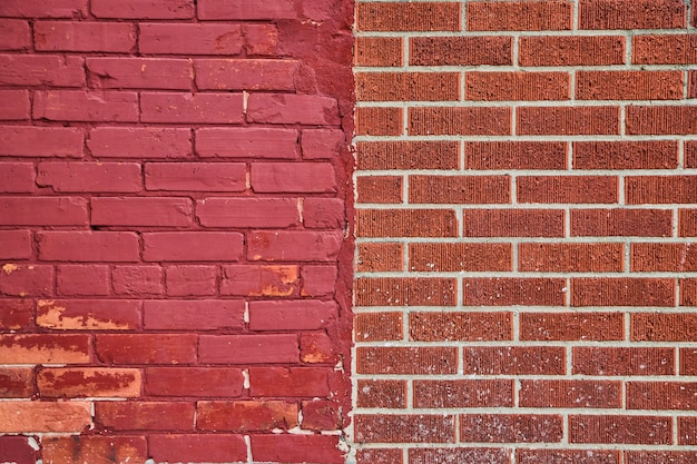 Imagem da textura da parede de tijolo vermelho dividida verticalmente por dois tipos de tijolo