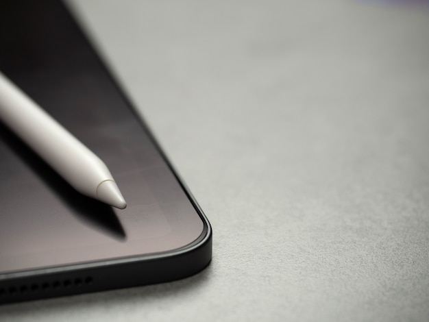 Imagem da vista superior da caneta stylus no novo tablet luxuoso em branco preto com espaço de cópia
