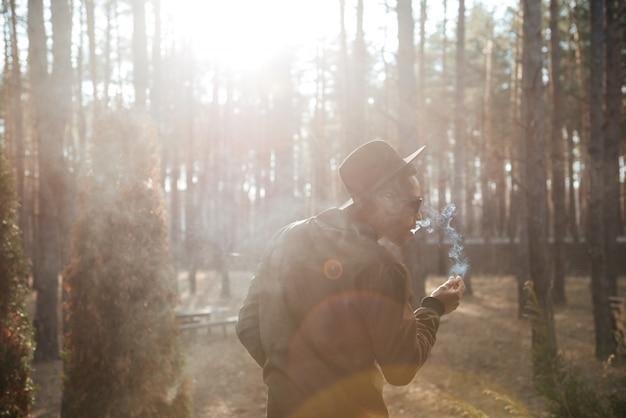 Imagem da vista traseira do homem africano em pé ao ar livre