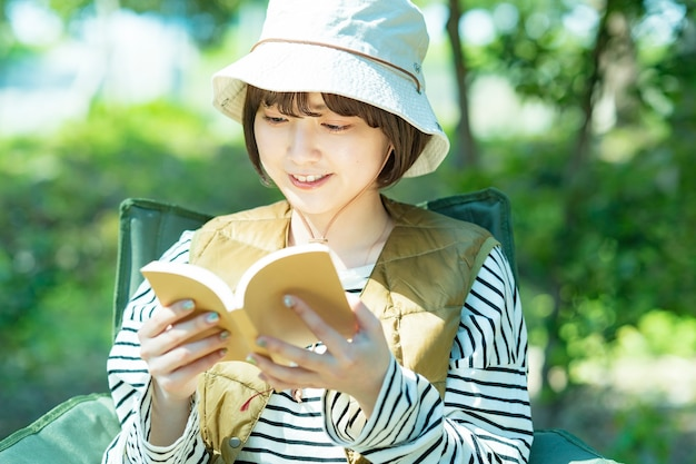 Imagem de acampamento solo - jovem lendo um livro