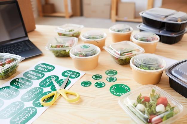 Imagem de alimentos orgânicos saudáveis em caixas na mesa de madeira do escritório