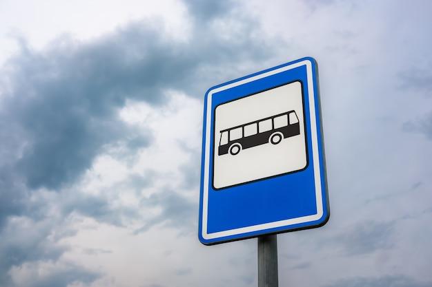 Imagem de ângulo baixo de uma placa de parada de ônibus