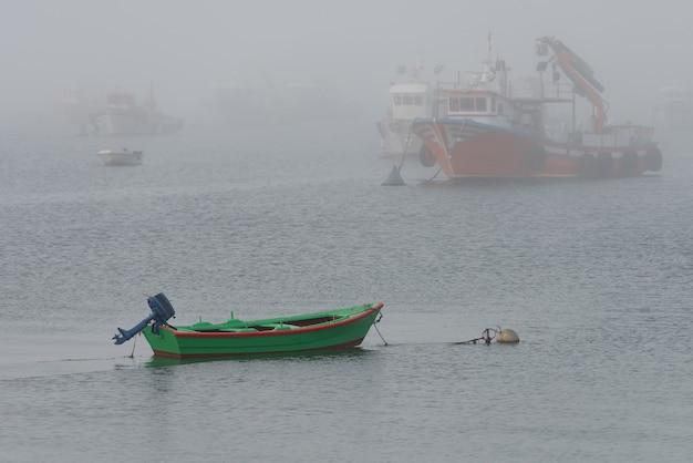Imagem de barcos de pesca ancorados em tempo de nevoeiro