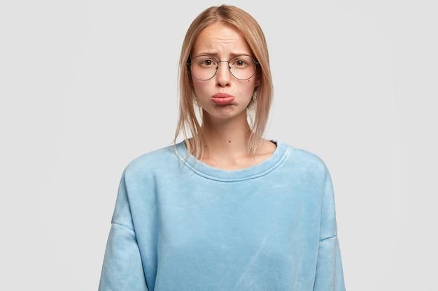 Imagem de belas curvas femininas afrontadas com o lábio inferior e um aspecto estressante
