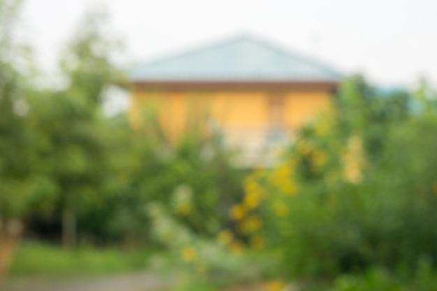 Imagem de borrão da casa de madeira na vila para o uso do fundo.