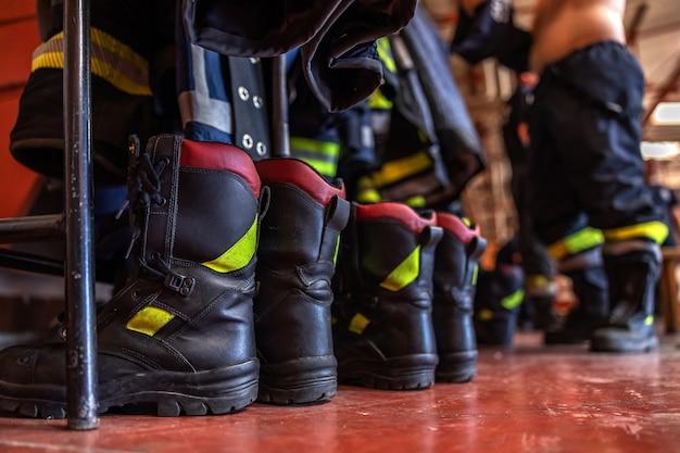 Imagem de botas de proteção na brigada de incêndio.