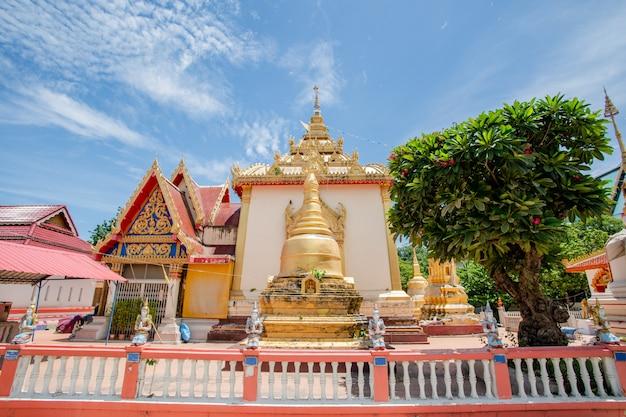 Imagem de buda de ouro ao ar livre no templo