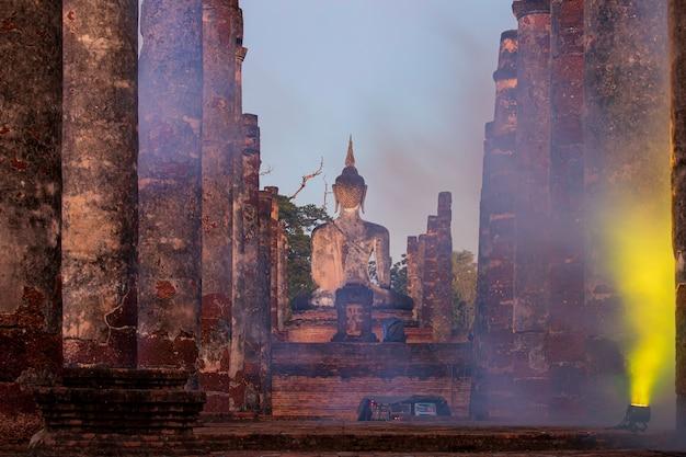 Imagem de buda fumaça sukhothai wat mahathat estátuas de buda tailândia.
