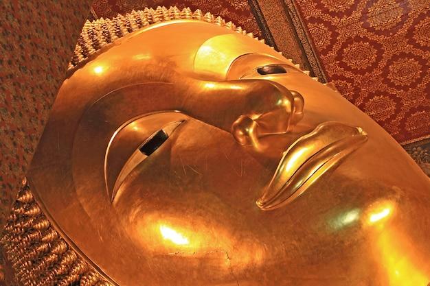 Imagem de buda reclinado no templo de wat pho, tailândia