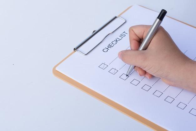 Imagem de businessfemale preparando lista de verificação na mesa do escritório