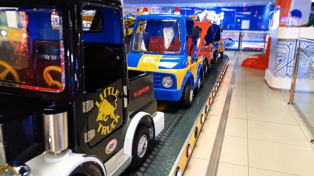 Imagem de carros coloridos no parque temático de diversões de um shopping center