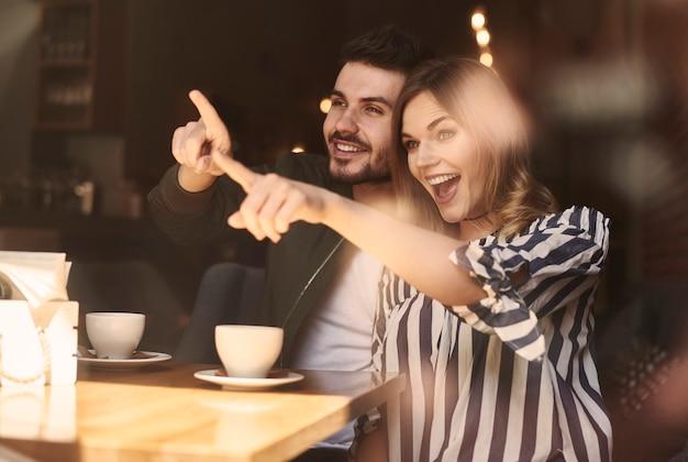 Imagem de casal animado no café-restaurante