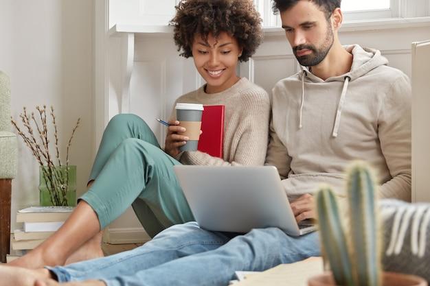 Imagem de casal de família escolhendo itens para casa em loja da web na internet