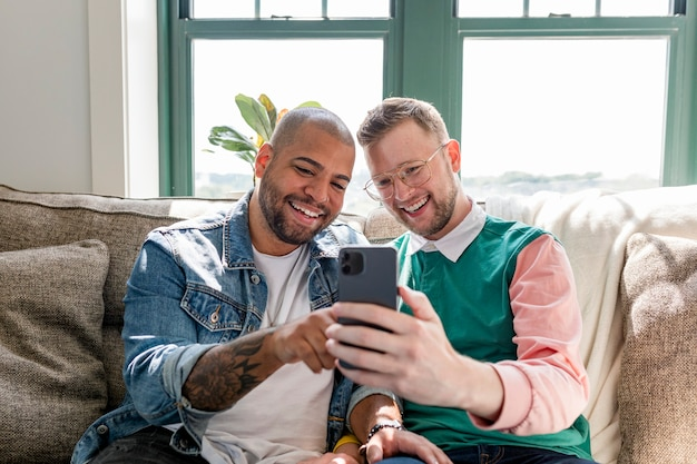 Imagem de casal gay feliz, videochamada com amigos