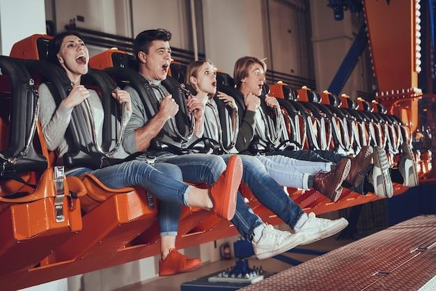 Imagem de chocado animado quatro amigos.