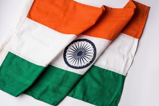 Imagem de close da bandeira indiana feita de puro algodão ou khadi, mostrando textura e dobras, foco seletivo