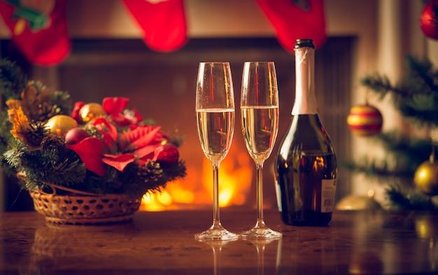 Imagem de close de duas taças de champanhe na mesa de natal