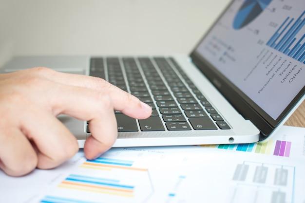 Imagem de close-up da mão no computador que está pressionando o botão