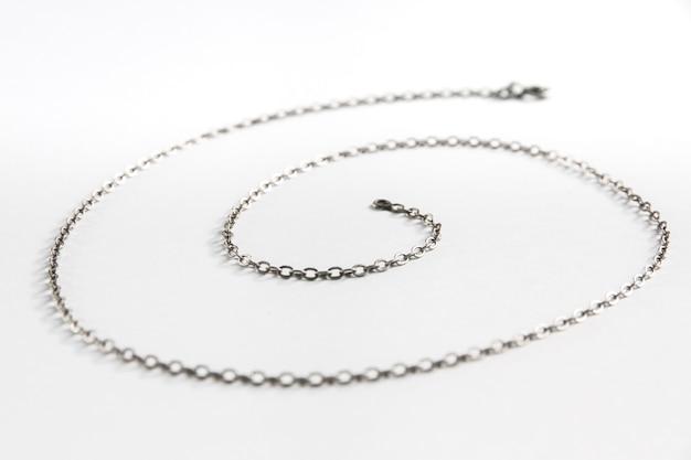 Imagem de close-up de colar de corrente de prata isolada na superfície branca