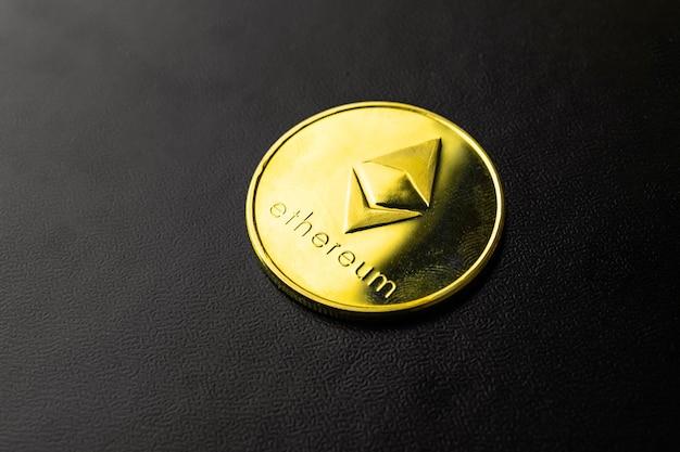 Imagem de close-up de criptomoeda ethereum em fundo preto, conceito de negócios e finanças, foto de cópia do espaço