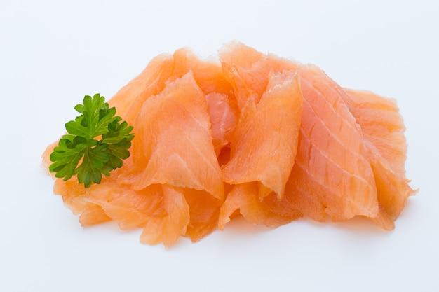 Imagem de close-up de salmão defumado, estúdio isolado no espaço em branco.