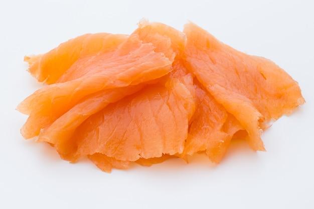Imagem de close-up de salmão defumado, isolada.