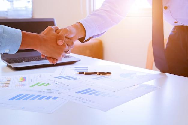 Imagem de close-up de um aperto de mão firme entre dois colegas depois de assinar um contrato