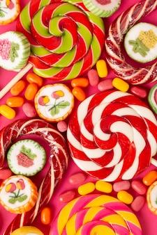 Imagem de close-up de um delicioso pirulito colorido