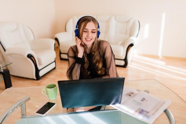 Imagem de close-up de uma jovem gerente profissional usando um laptop, uma mulher de negócios trabalhando em casa por meio de um computador portátil