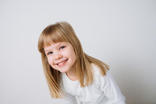 Imagem de close-up de uma menina sorridente