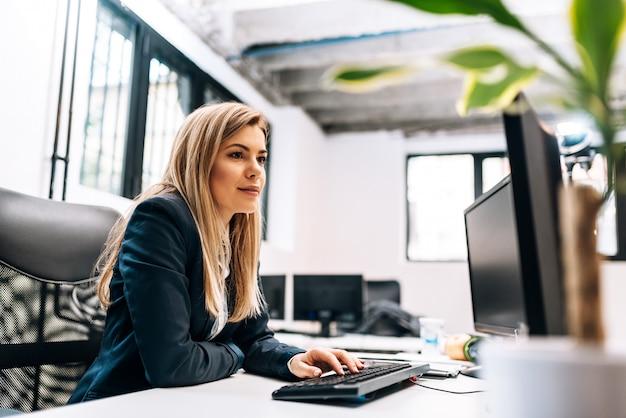 Imagem de close-up de uma mulher de negócios trabalhando no computador.
