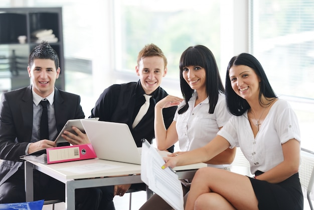 Imagem de colegas confiantes que se comunicam na reunião