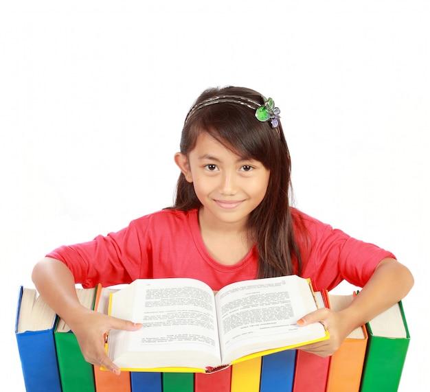 Imagem de colegial sorrindo com seus livros e lendo um deles