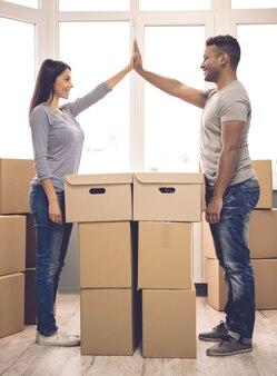 Imagem de comprimento total de lindo casal tocando as mãos.