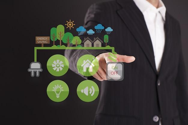 Imagem de conceito de negócio de um empresário apontando o ícone de liderança na tela virtual