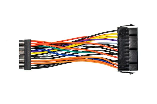 Imagem de conexão de fios a um computador isolado no branco