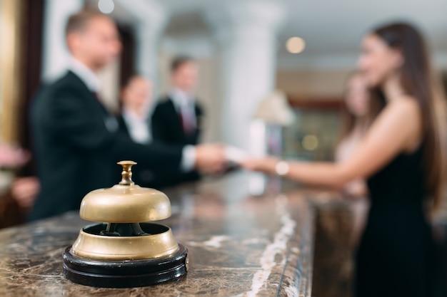 Imagem de convidados recebendo cartão-chave no hotel,