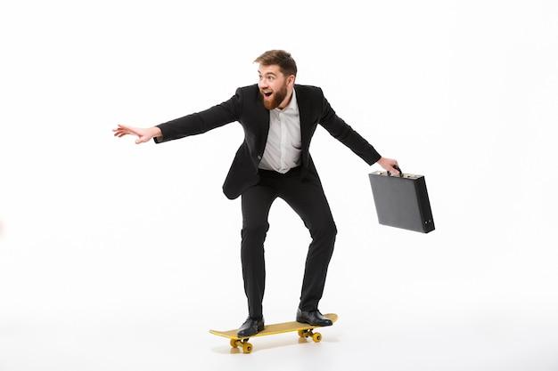 Imagem de corpo inteiro de homem de negócios barbudo brincalhão com maleta