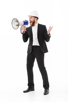 Imagem de corpo inteiro de homem de negócios com raiva no capacete protetor